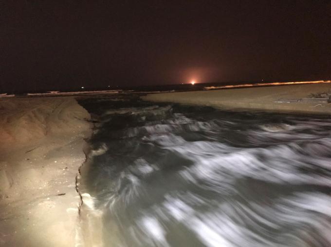 Nước thải chảy mạnh khiến bờ biển bị xé toạt gần 5m