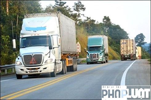 Đoàn xe trọng tải lớn nối đuôi nhau trên cao tốc Hà Nội - Lào Cai