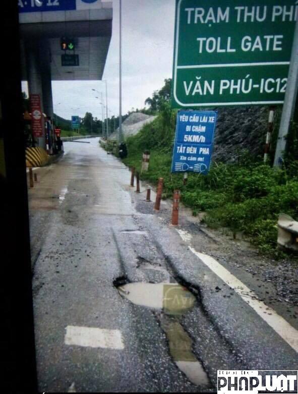 Vết nứt lõm lớn ngay cổng Trạm thu phí Km114 - cao tốc Hà Nội - Lào Cai