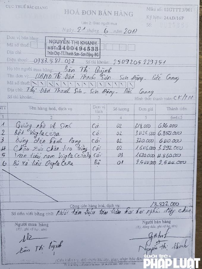 Hóa đơn mua các thiết bị lắp đặt nhà vệ sinh trụ sở UBND với bà Nguyễn Thị Khanh (con dâu ông Thắng) nhưng hiện nay những thiết bị này không hề có trong nhà vệ sinh của ủy ban