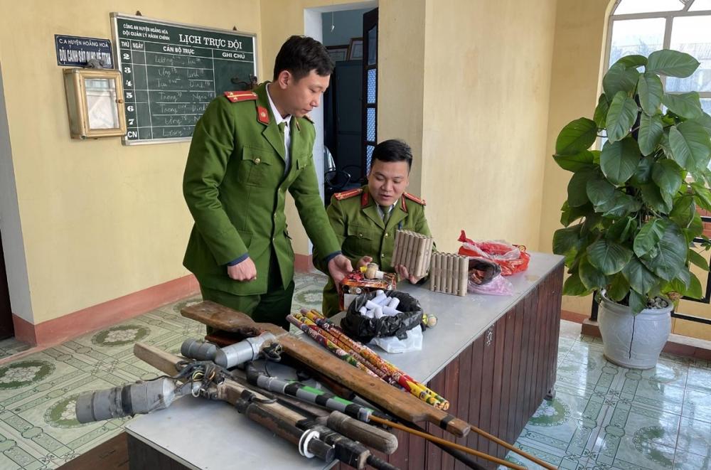 Thanh Hóa: Dân tự nguyện giao nộp súng, pháo và nhiều hung khí cho công an