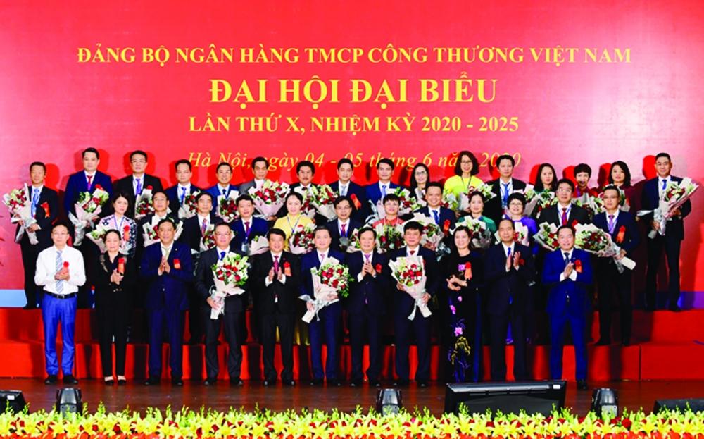 Đồng chí Y Thanh Hà Niê Kđăm - Ủy viên Dự khuyết BCH Trung ương Đảng, Bí thư Đảng ủy Khối Doanh nghiệp Trung ương, cùng các đồng chí lãnh đạo tặng hoa chúc mừng BCH Đảng bộ Ngân hàng TMCP Công Thương Việt Nam khóa X, nhiệm kỳ 2020 - 2025