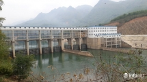 Bi hài ngôi làng nằm giữa 2 nhà máy thủy điện nhưng... không có điện