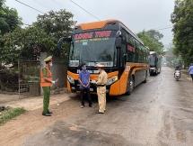 Chặn giữ 3 xe khách không chấp hành quy định phòng chống dịch ở Thanh Hóa