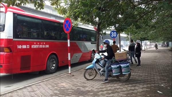 hang loat xe khach dung do trai phep tren duong pham hung