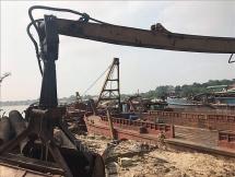 Bắt quả tang 5 tàu khai thác hàng trăm tấn cát trên sông Hồng