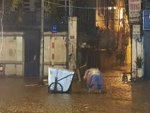 Hà Nội: Mưa lớn, nhiều tuyến phố ngập chìm trong nước đúng ngày 30/4