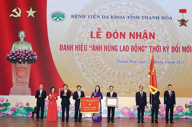 Bệnh viện Đa khoa tỉnh Thanh Hóa đón nhận danh hiệu Anh hùng lao động thời kì đổi mới