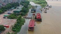 """""""Biệt phủ"""", du thuyền mọc trái phép đe dọa hành lang sông Hồng"""