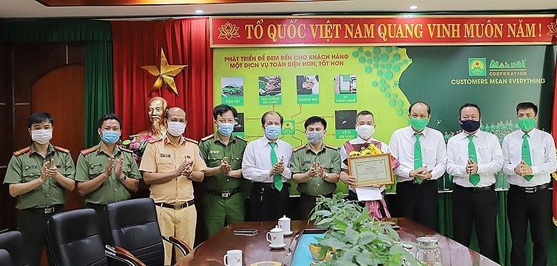 Khen thưởng lái xe taxi Mai Linh tố giác người nhập cảnh trái phép