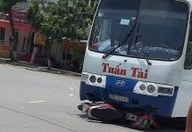 Thanh Hóa: Thót tim xe khách cuốn xe máy vào gầm khi đang lưu thông