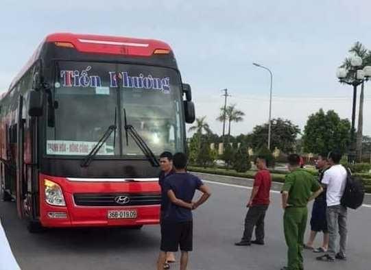 thanh hoa con do nem da vo guong hang chuc hanh khach tren xe hoang loan
