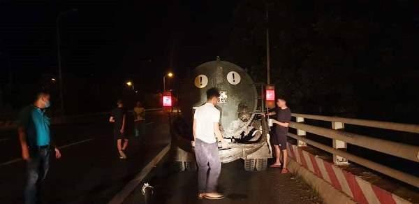 Công ty môi trường đổ trộm phân bùn trên Đại lộ Thăng Long?