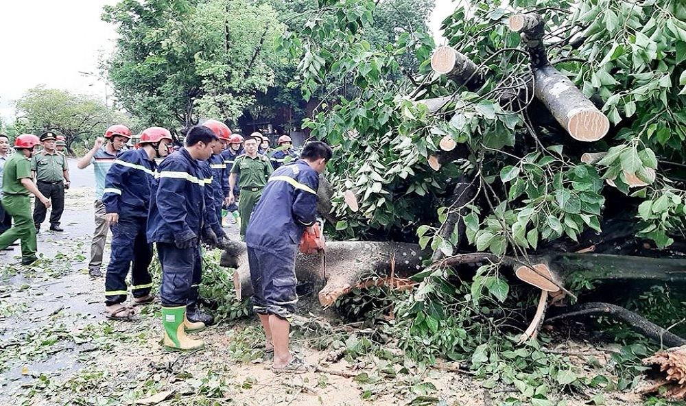 Nóng tuần qua: Bão số 5 gây thiệt hại lớn, Hàng chục nhà dân ở Hà Tĩnh bị tốc mái, đường biến thành sông