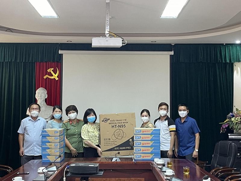 Công an tỉnh Thanh Hóa trao tặng 37.000 khẩu trang và nhu yếu phẩm