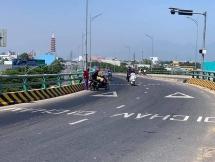 Đà Nẵng: Dầu tràn xuống đường, hàng chục xe máy gặp nạn ở Ngã Ba Huế