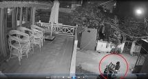Nam thanh niên đi xe Vision trộm ghế salon trong khu phố Tây Đà Nẵng