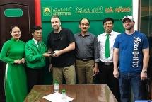 Đà Nẵng: Trao trả tài sản cho nam thủy thủ tàu sân bay Mỹ bỏ quên trên xe taxi