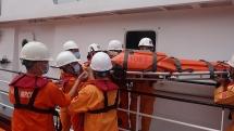 Cứu sống ngư dân Quảng Ngãi gặp nạn trên vùng biển Hoàng Sa