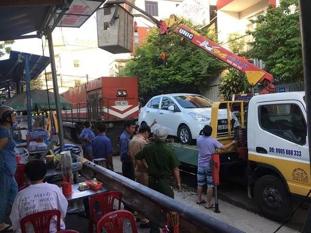 Đà Nẵng: Đỗ ô tô trên đường ray rồi đi ngủ, đầu máy tàu hỏa trễ chuyến