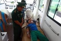 Video: Bộ đội Biên phòng Đà Nẵng đưa ngư dân bị ngộ độc trên biển về đất liền cấp cứu