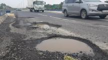 """Khu vực xuất hiện ổ gà trên cao tốc Đà Nẵng – Quảng Ngãi đang là """"điểm đen"""" giao thông"""