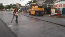 Quảng Nam: Trời đang mưa, đơn vị thi công vẫn cho thảm nhựa đường