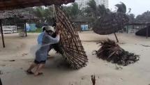 Lều tạm ven biển Đà Nẵng ngã đổ la liệt trong mưa, người dân tiếc xót ruột