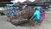 Cận cảnh lều tạm ven biển Đà Nẵng bị tốc mái, hư hại hàng loạt do mưa lớn