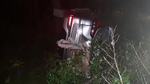 Ô tô tông trụ điện gãy đôi rồi lao tiếp vào rừng thông ở Quảng Nam