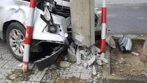 Đà Nẵng: Ô tô mất lái lao thẳng vào trụ điện, tài xế thoát chết