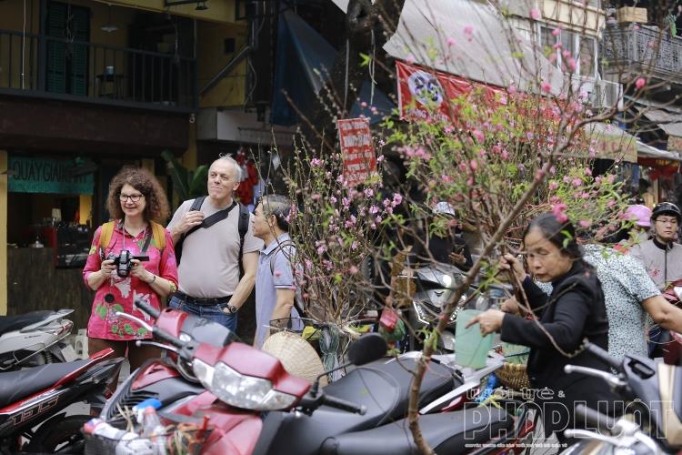 Phố cổ Hà Nội ngày Rằm tháng Chạp: Nghe hương Tết đang về