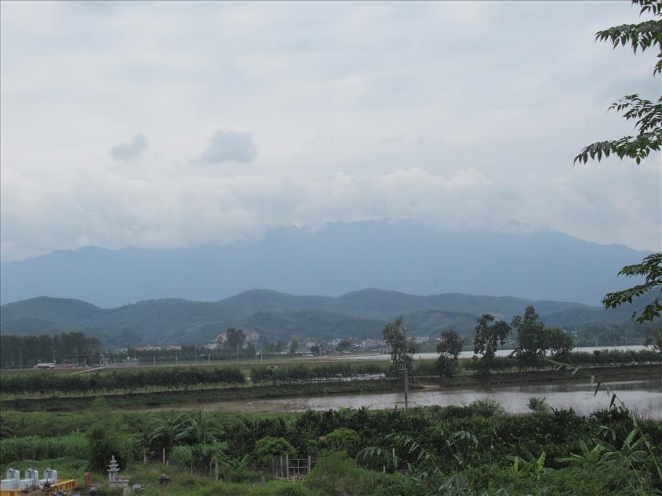 Bãi Trường Sa, sông Đà, núi Tản Viên nhìn từ chùa Tăng Má.