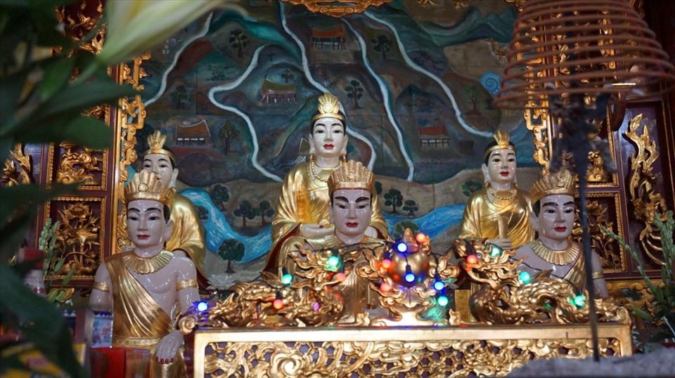 Ban thờ Mẫu Thần Long và Ngũ vị ở đền Tiên Cát.