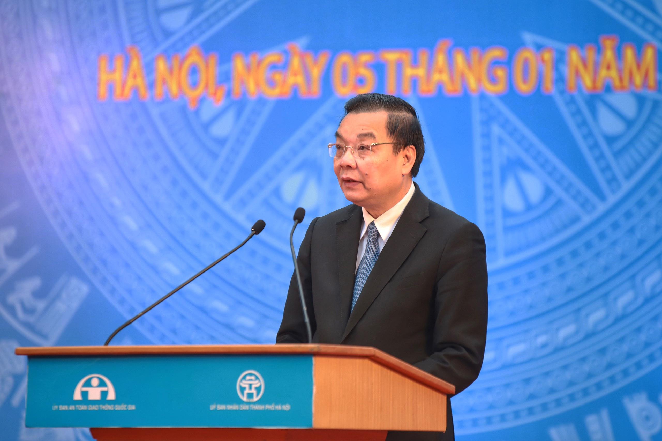 Chủ tịch Hà Nội yêu cầu xử lý phương tiện đi lên vỉa hè