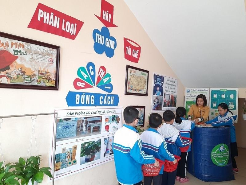 Học sinh Hà Nội đua gom vỏ hộp giấy, xây thói quen phân loại rác