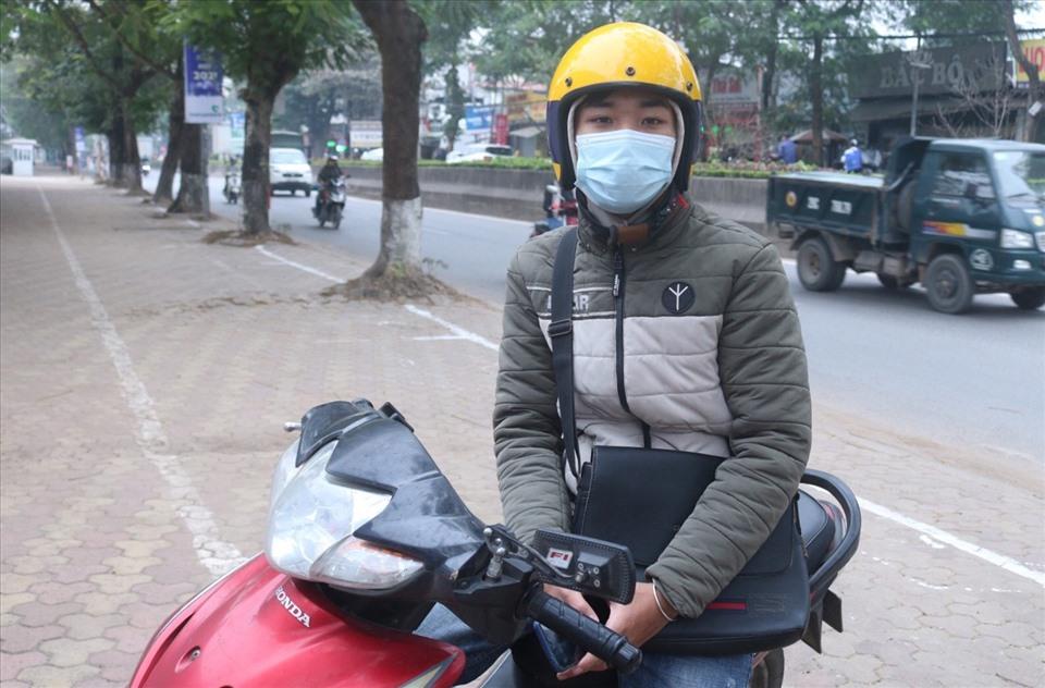 """Lâm Văn Bảng (quê ở Hải Dương), đang là sinh viên năm thứ 3 trường Học viện Thanh thiếu niên, tâm sự: """"Để có tiền phụ bố mẹ lo tết, mình đã phải tăng cường chạy bee để kiếm thêm thu nhập"""". Ảnh: KV"""