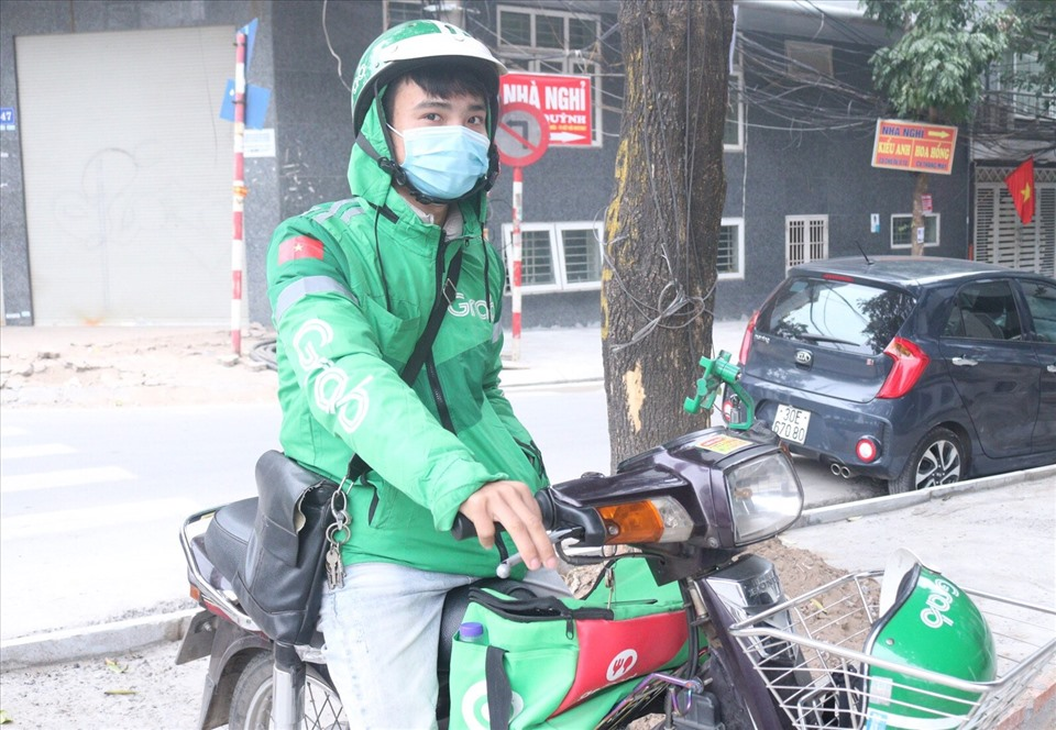 Anh Trần Quang Lý đứng chờ khách trên đường Lạc Long Quân. Ảnh: KV