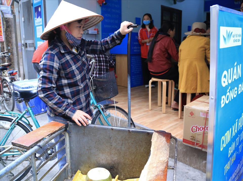 Chị Doãn Thị Trang cho hay, để tiết kiệm tiền cho những ngày cuối năm, chị thường ăn cơm ở những quán cơm từ thiện vì chi phí rẻ lại đảm bảo đầy đủ chất dinh dưỡng. Ảnh: K.Vân