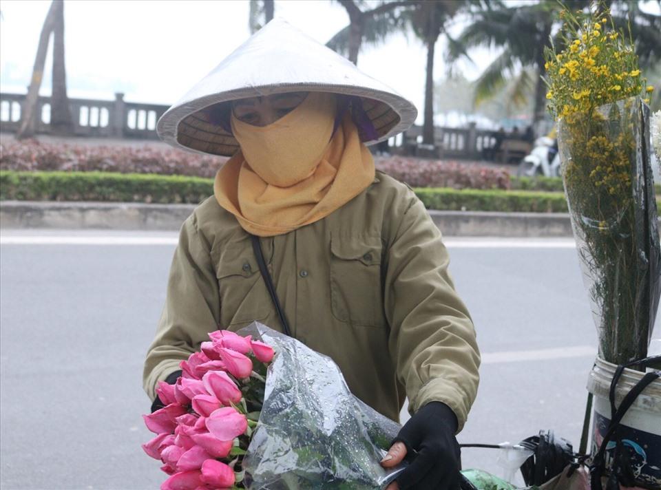 Cô Vũ Thị Hiên mỗi ngày kiếm được khoảng 200.000 nghìn từ việc bán hoa, những ngày cuối năm cô thường đi làm từ 3h sáng và 10h tối mới về nhà. Ảnh: K. Vân