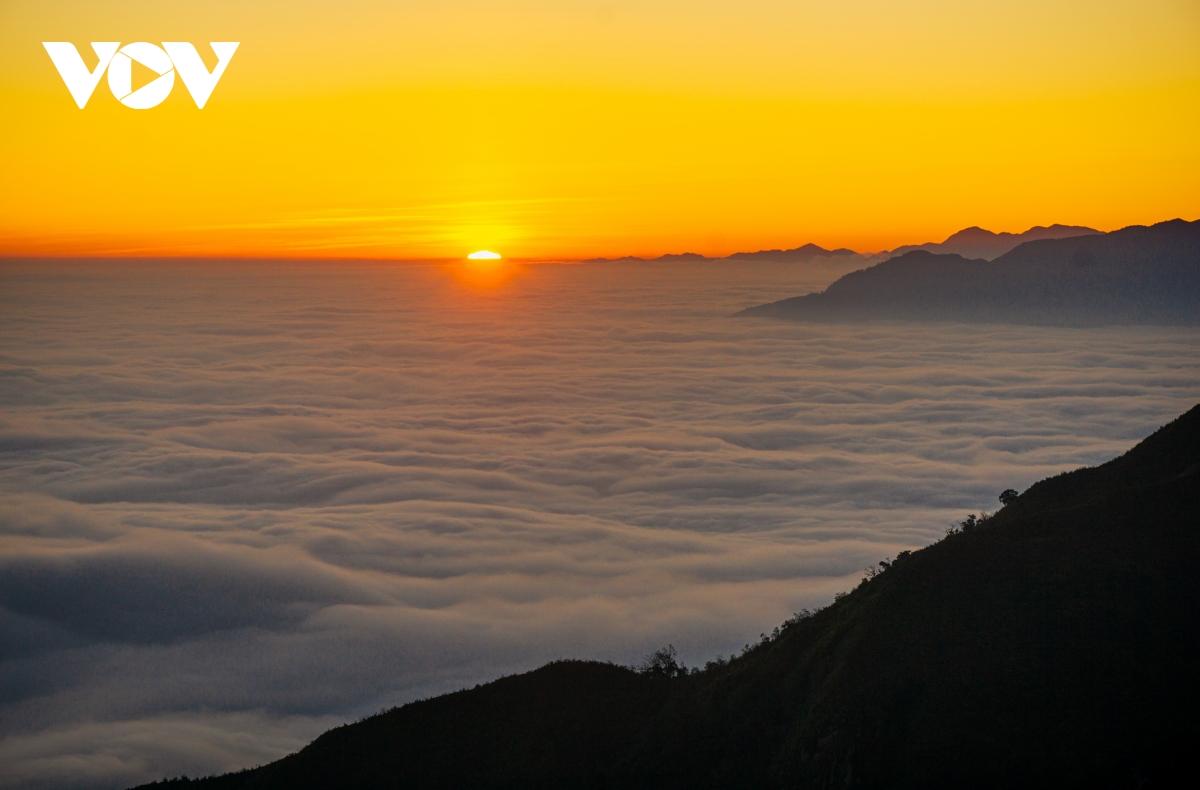 Khoảnh khắc bình minh diệu kỳ trên biển mây núi Muối