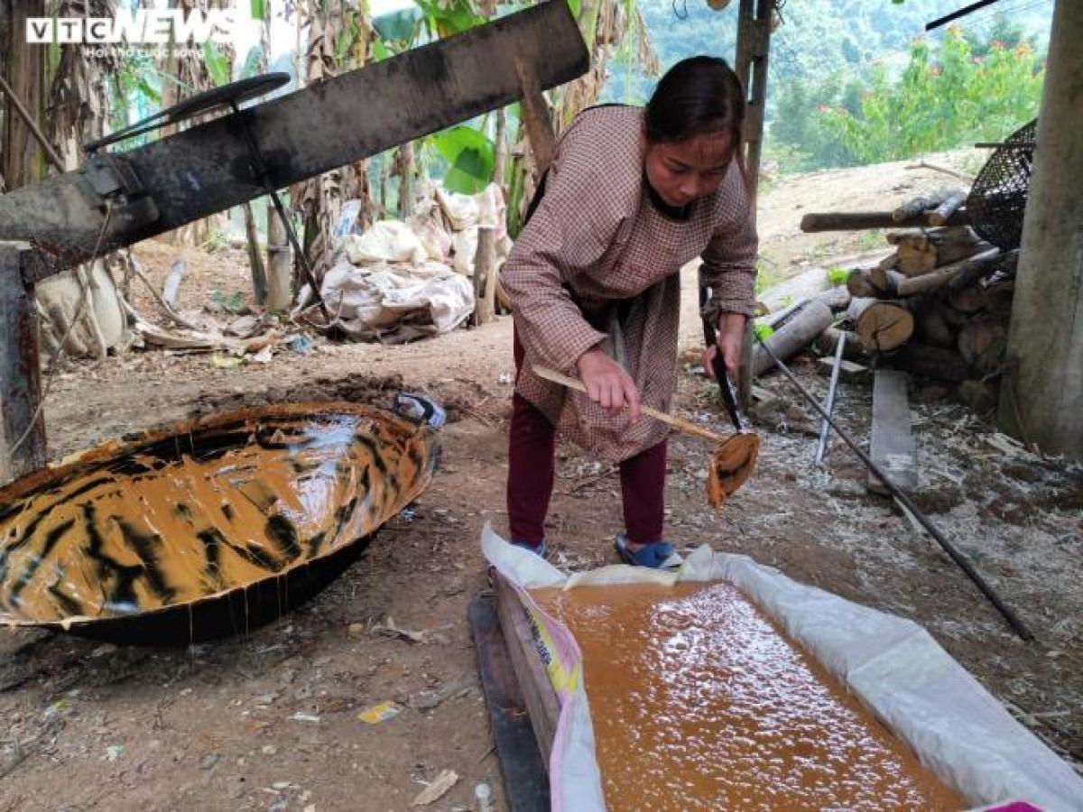 Sau khi đã khuấy đều cho dẻo quánh, mật mía chuyển sang màu nâu sẫm và được đổ ra những chiếc khuôn được chuẩn bị sẵn.