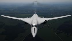 Thiên nga trắng Tu-160 tiếp nhiên liệu trên không trong đêm khi bay qua Bắc cực