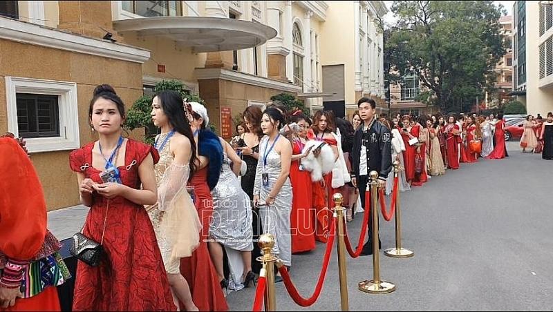 """Sự kiện thảm đỏ chương trình """"Khơi nguồn vẻ đẹp Việt"""" - Trò lố vinh danh các giá trị ảo"""