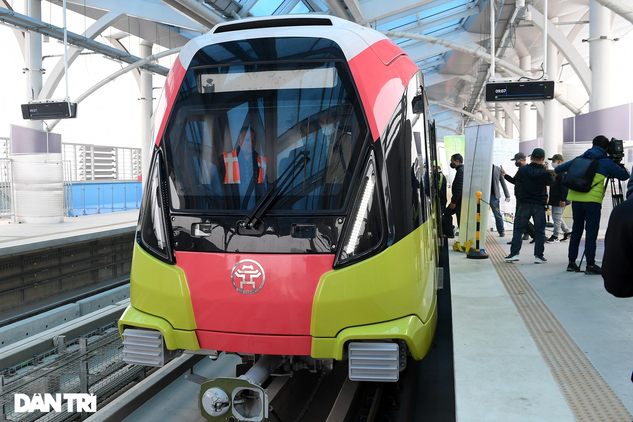 Người dân phấn khởi tham quan đoàn tàu tuyến Metro Nhổn - ga Hà Nội - 8