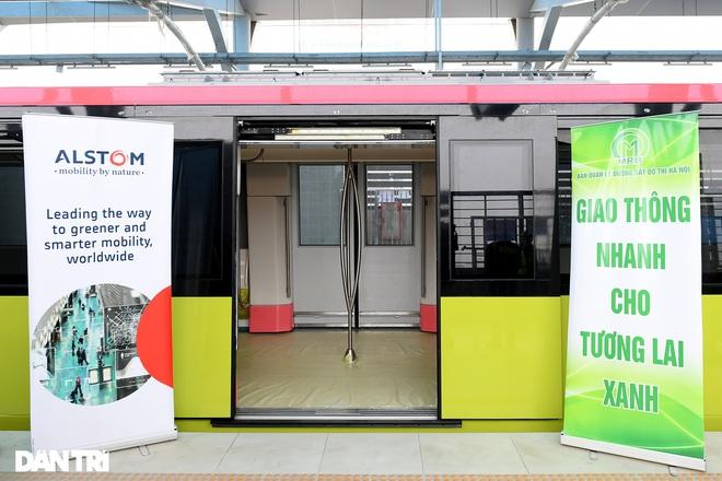 Người dân phấn khởi tham quan đoàn tàu tuyến Metro Nhổn - ga Hà Nội - 7