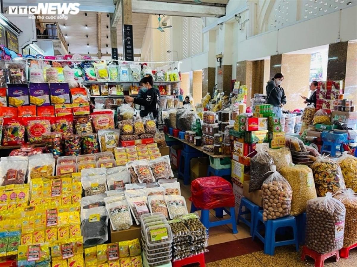 Hàng hóa được bày bán la liệt nhưng vắng khách mua.