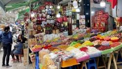 Covid-19 bùng phát ở Hà Nội: Hàng Tết bày đầy đường, khách vẫn thờ ơ