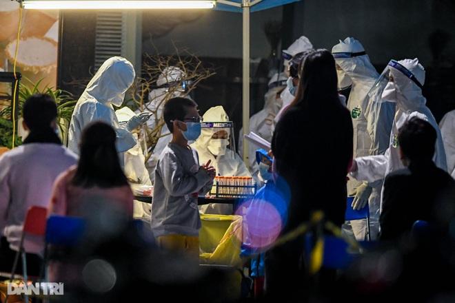Trắng đêm lấy mẫu xét nghiệm Covid-19 hàng nghìn người ở tòa nhà 88 Láng Hạ - 10