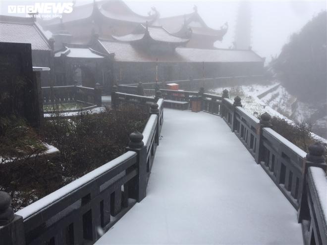 Tuyết rơi bất thường trên đỉnh Fansipan ngày 27 Tết - 1